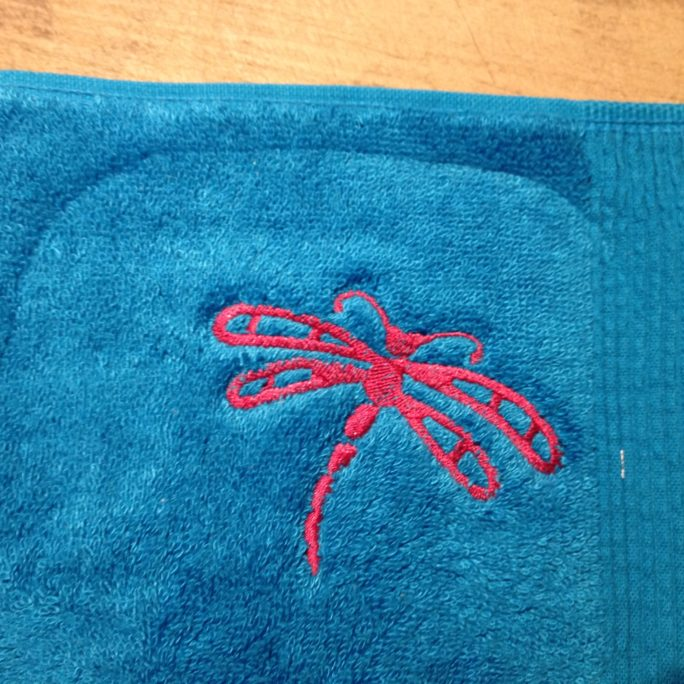 Broderie libellule sur serviette
